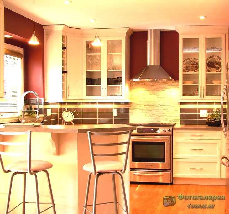 Маленькая кухня с барной стойкой. Фото