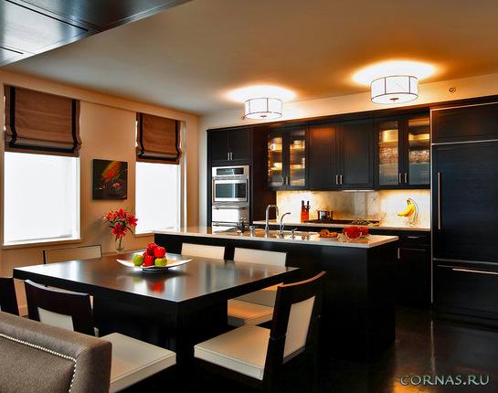 Жалюзи на кухню: практичный подоконник и красивое окно, фото