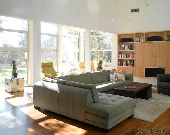 Угловой диван в гостиной фото