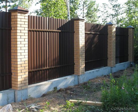 Надежный и изящный забор из профнастила: фото проектов
