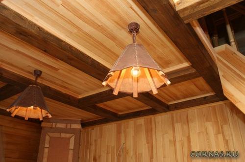 Отделка потолка в деревянном доме - варианты и фото готовых решений