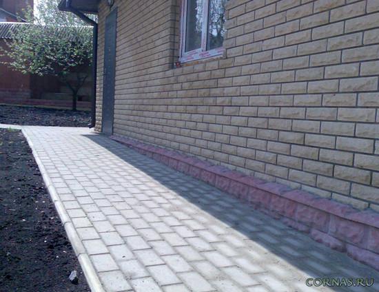 Отмостка из тротуарной плитки: какие материалы нужны и как устроить?