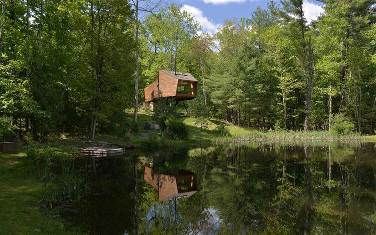 Дом с видом на озеро и горный хребет под NY