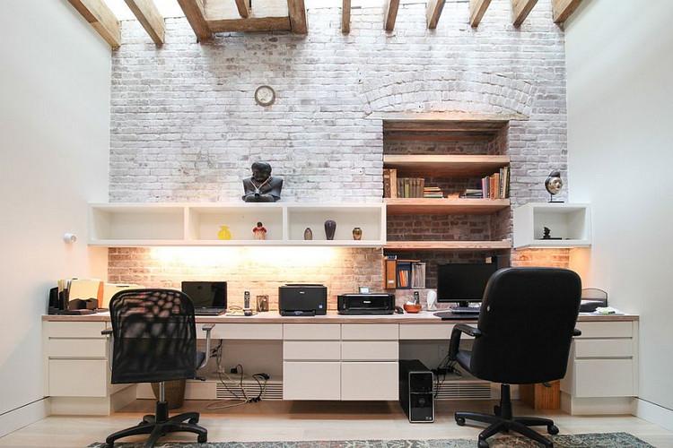 Домашний кабинет с кирпичной стеной -  фото стильных интерьеров