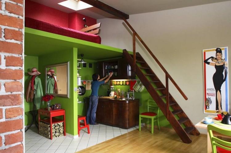 Кровать под потолком - неожиданное место для сна! Фото