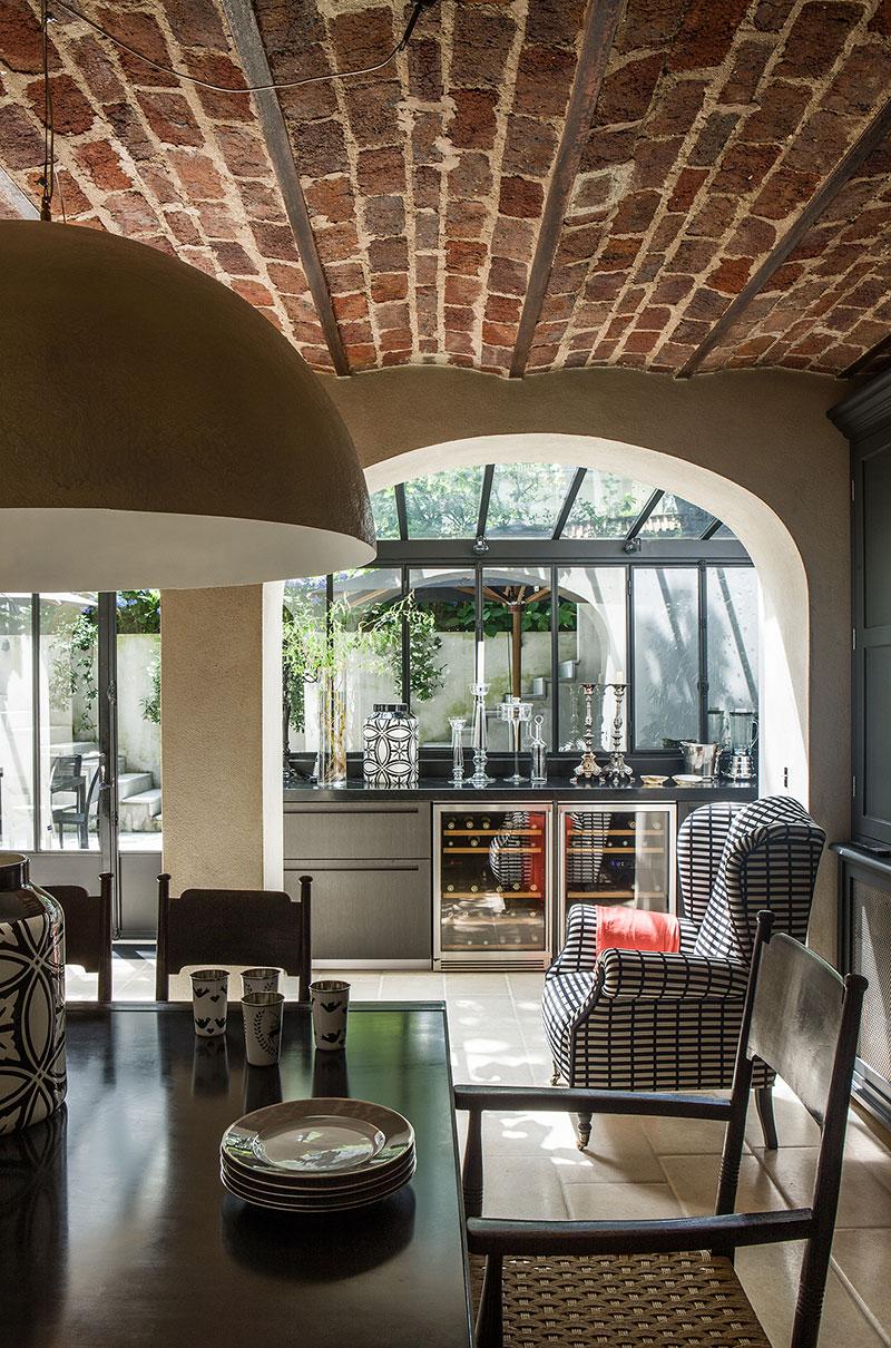 Большая стеклянная веранда и интерьер в винтажном стиле в доме в Париже